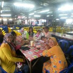 Photo taken at Wak Jos Ikan Bakar,sabak Awor by Siti N. on 2/28/2015