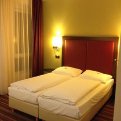 Photo taken at Leonardo Hotel Berlin by Intelli R. on 9/12/2014