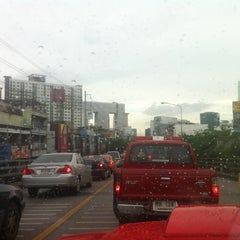 Photo taken at แยกรัชโยธิน (Ratchayothin Intersection) by Miewky P. on 7/9/2012