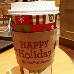 Photo taken at The Coffee Bean & Tea Leaf by HJ K. on 12/3/2014