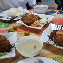 Photo taken at Rasa Rasa Muslim Thai Seafood Restaurant by Natasha Y. on 2/21/2015