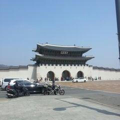 Photo taken at 광화문 (光化門, Gwanghwamun) by Dohyun L. on 4/17/2013