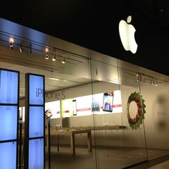 Photo taken at Apple Store, Arrowhead by Felix S. on 12/23/2012
