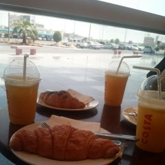 Photo taken at Costa Coffee | كوستا كوفي by Natu . on 8/31/2014