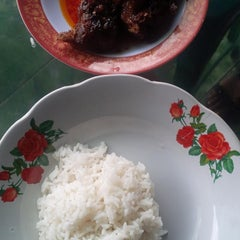 Photo taken at Rumah Makan ELLA - Spesial Bebek Goreng Pedas by Jimmy V. on 3/1/2014