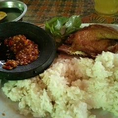 Photo taken at Bebek Goreng Haji Slamet by Taufiq M. on 7/31/2014