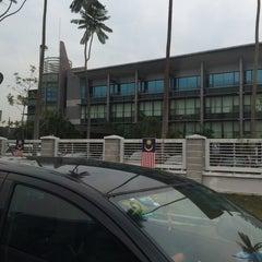 Photo taken at Kompleks Pejabat Kerajaan Daerah Petaling (Pejabat Daerah Petaling) by Zac A. on 8/19/2015