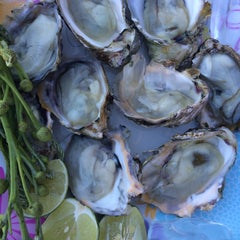 Photo taken at รับลม ซีฟู๊ด (Rub Lom Seafood) by Nat B. on 6/4/2015