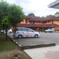 Photo taken at Kesedar Inn Gua Musang (Penginapan) by Hassan on 4/5/2013