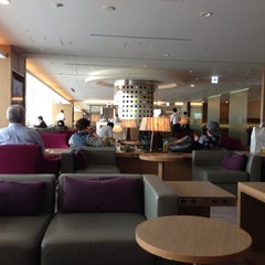 Photo taken at 国際線 JAL サクララウンジ (JAL Sakura Lounge - International Terminal) by Bill A. on 5/27/2013
