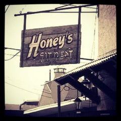 Photo taken at Honey's Sit 'n Eat by 📻📲 Radio23.org on 9/19/2012
