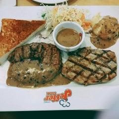 Photo taken at Jeffer Steak (เจฟเฟอร์) by Khun S. on 7/12/2015