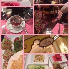 Photo taken at Cafe Esplanade by Belinda K. on 11/6/2014