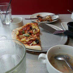 Photo taken at Pizza Hut by fakhrulfbi m. on 3/30/2015
