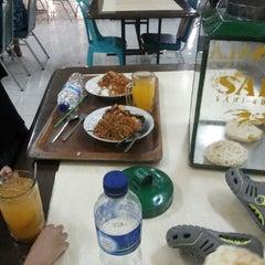 Photo taken at Rumah Makan Taman Sari by Abu M. on 8/3/2014