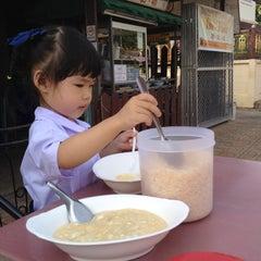 Photo taken at โจ๊กบ้านไม้ by ลูกชิ้นพอใจ P. on 5/24/2012