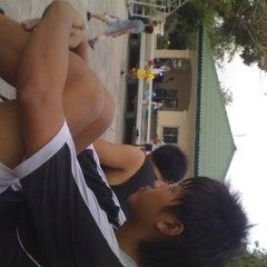 Photo taken at สนามบาสริมบึง(แจ้งวัฒนะ 14) by อาร์ต ค. on 6/13/2012