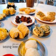 Photo taken at Kedai Kopi dan Makan Seong Kee (祥记饱饺点心茶餐室) by Jessica L. on 9/18/2015