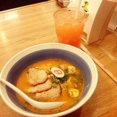 Photo taken at Hachiban Ramen (ฮะจิบัง ราเมน) by Pink on 10/29/2014