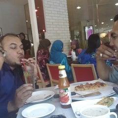 Photo taken at Pizza Hut by Yusrizan M. on 5/19/2014