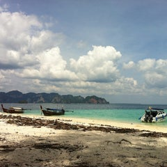 Photo taken at เกาะปอดะ (Poda Island) by Yu T. on 10/29/2012