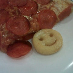 Photo taken at Pizza Hut by Andreza O. on 3/22/2013
