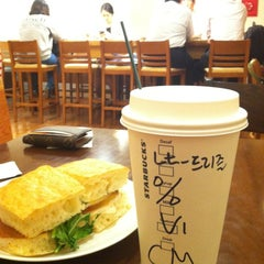 Photo taken at STARBUCKS COFFEE by Mia on 10/11/2012