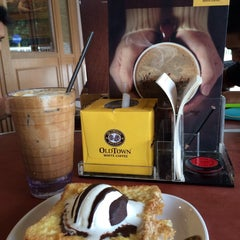 Photo taken at OldTown White Coffee by Norie Safwan on 2/13/2015