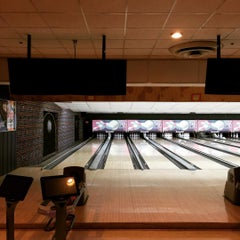 Photo taken at Rolling Lanes Bowling Alley by Ben H. on 8/12/2015