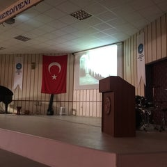 Photo taken at Yüksel Yalova Güzel Sanatlar Lisesi by Ayşen 🎻 on 11/10/2015
