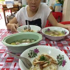 Photo taken at ก๋วยเตี๋ยวต้มยำ ชามใหญ่ by Mesa K. on 7/20/2014
