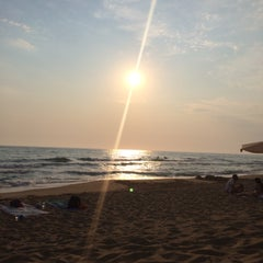 Photo taken at Παραλία Θολού (Tholo Beach) by Ouranique Z. on 7/23/2015