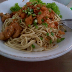 Photo taken at Mie Pangsit Gajah Mada by Noersadha W. on 8/21/2013