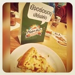 Photo taken at Pizza Hut (พิซซ่า ฮัท) by Xitrotn N. on 5/20/2015