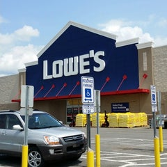 Photo taken at Lowe's Home Improvement by Rasheed A. on 7/30/2014