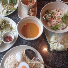 Photo taken at Kanom Jeen Bangkok (ขนมจีนบางกอก) by Best P. on 5/10/2014