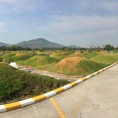 Photo taken at สุสานพุทธภาวนาสมาคม งี่ฮั้ว by Watcharaphol M. on 4/6/2014