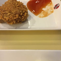 Photo taken at KFC (เคเอฟซี) by ♥Bⓘg Applⓔ♥ on 5/5/2014