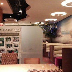 Photo taken at Caffé bene by oddscar on 7/11/2013
