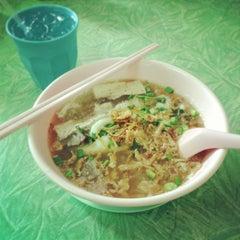 Photo taken at แดง ก๋วยจั๊บญวน (ร้านใหม่) Khun Daeng - Vietnamese Noodle by KOR'KOT on 1/15/2013