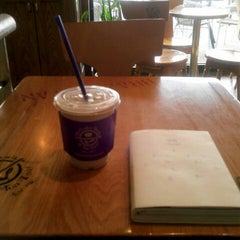 Photo taken at The Coffee Bean & Tea Leaf by hye young K. on 3/7/2013
