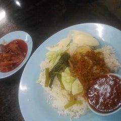 Photo taken at Restoran Nasi Lemak Lido by Poh H. on 3/27/2015