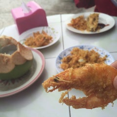 Photo taken at Firdausy Seafood Corner by Esyraf G. on 11/8/2015