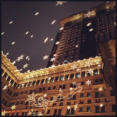 Photo taken at The Peninsula Hong Kong 香港半島酒店 by félix R. on 12/13/2012