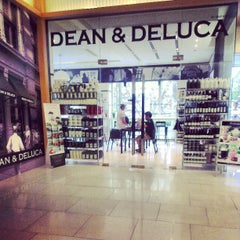Photo taken at Dean & DeLuca by Guntapong B. on 7/4/2013