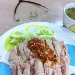 Photo taken at โก๊ะ ข้าวมันไก่ (KHO Khao Man Gai) by bigjeab p. on 12/8/2012