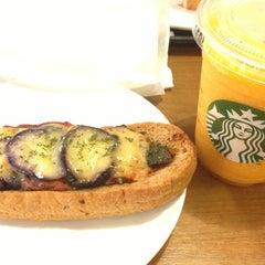 Photo taken at Starbucks Coffee 関西国際空港エアサイド店 by Tatsuya I. on 8/29/2013