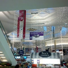 Photo taken at Woodfield Mall by Igin I. on 10/26/2012