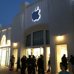 Photo taken at Apple Store, Lincoln Road by Markus Z. on 3/27/2013