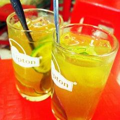 Photo taken at Trà Chanh Đào Duy Từ by Ớt L. on 4/12/2012